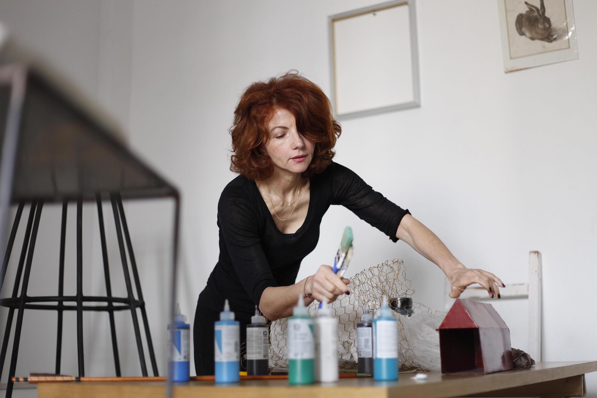 Amina Benbouchat, portrait de l'artiste contemporaine avec des peintures