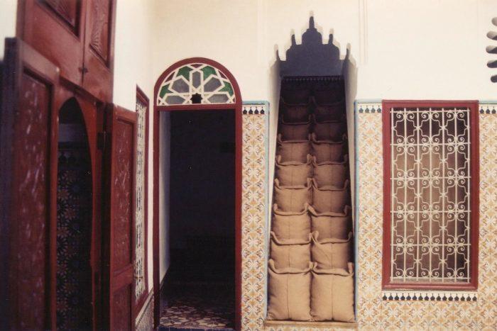 Younès Rahmoun, installation de sac de jute dans un riad, arts contemporains au Maroc