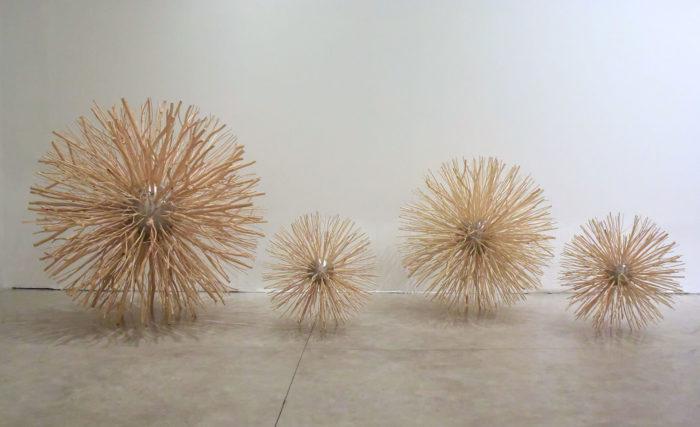 Jeannette Betancourt, Broken Nature, sphères en métal et bois, 2017