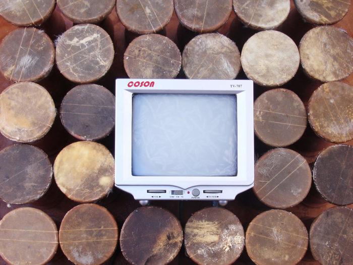 Mustapha Akrim et Redouane Arraoui, installation réalisée avec des taârija et des écrans vidéo