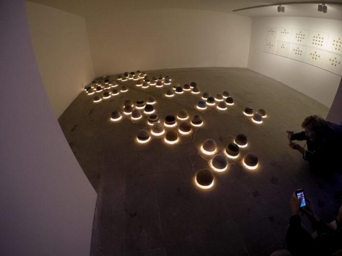 Younès Rahoum, Taqija Nor, installation de bonnets marocains et de lumière, arts contemporains au Maroc