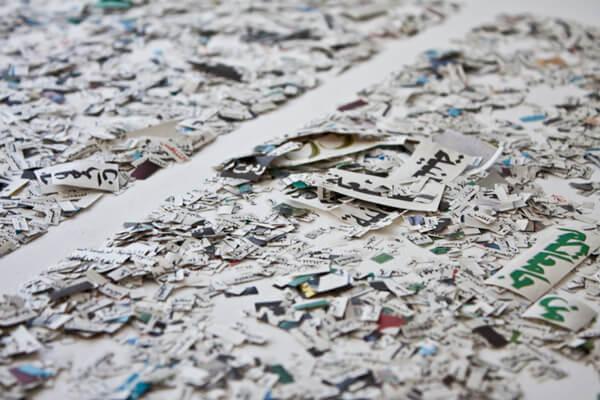 Leila Sadel, Ouvrage, installation composée de mots découpés en arabe, réalisée dans le cadre de sa résidence au Cube - independent art room