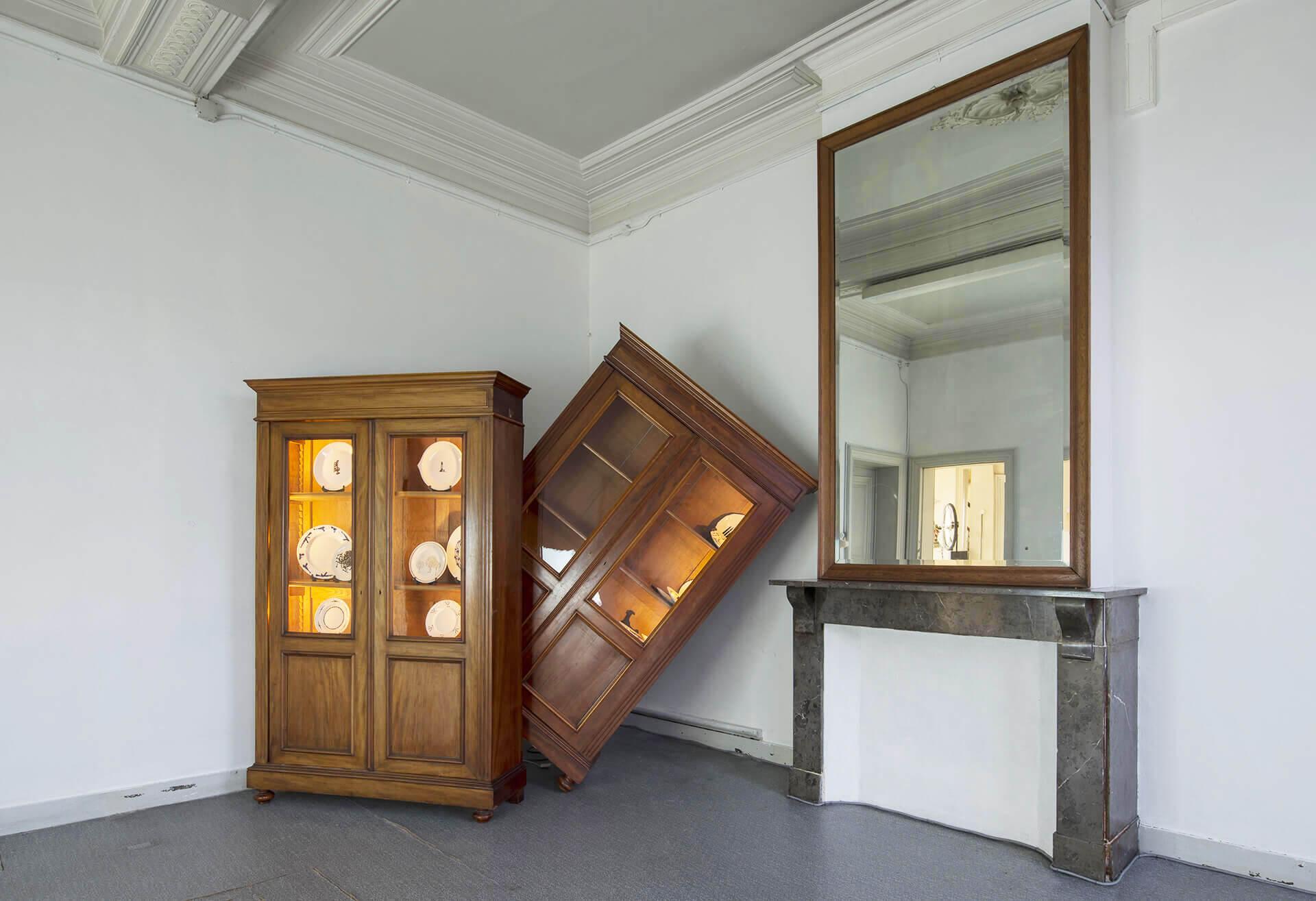 Hanane El Farissi, Basculement, installation composée de grosses armoires avec vitrines et assiettes de verre; arts contemporains au Maroc