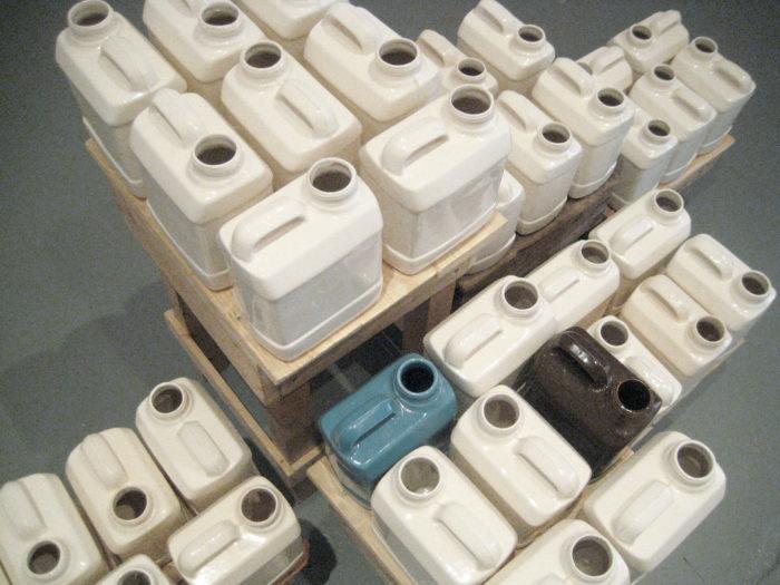 David Packer, série de bidons en céramique réalisés entre Fès et Rabat durant sa résidence au Cube - independent art room