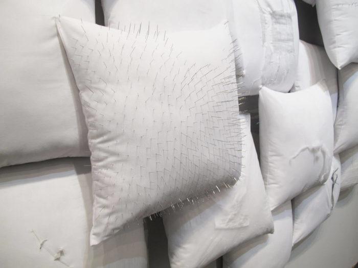 Safaa Erruas, Les Oreilles, installation composée d'oreillers blancs, Le Cube - independent art room, centre d'art contemporain, rabat, Maroc
