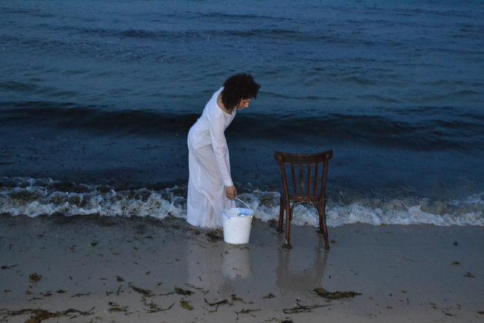Hanane El Farissi, Affinée à l'eau salée, performance réalisée à Tunis où l'artiste verse de l'eau de la mer sur une chaise, arts contemporains au Maroc