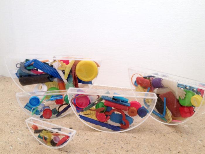 Jeannette Betancourt,Eau, demi-sphères en plexiglas et objets trouvés au Maroc Rabat Salé
