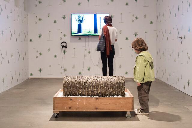 Ghita Skali, Palm Attacks, installation avec papier peint imprimé et vidéo, arts contemporains au Maroc