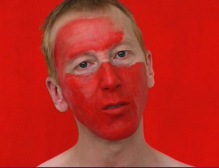 pascal lièvre, Abba-Mao, vidéo où l'artiste se recouvre le visage de rouge à lèvre rouge sur un air de Abba
