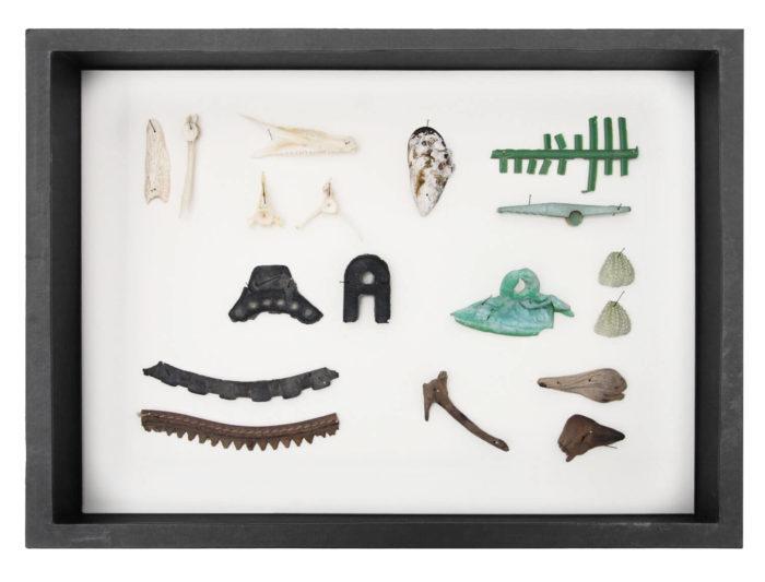 Edith Payer, Sloane's Agony box numéro 16 constitué d'objets trouvés dans la rue. Le Cube - independent art room, Rabat, Maroc