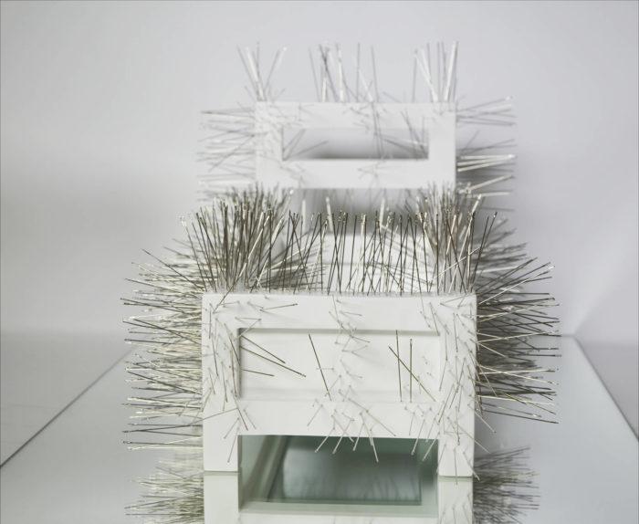 Safaa Erruas, Inaccessible, banc blanc et épines, arts contemporains au Maroc