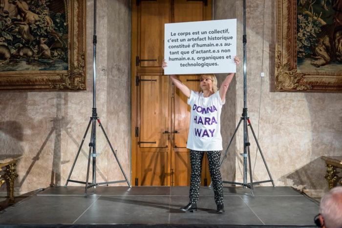 Pascal Lièvre, Alliances Feminine, performance durant laquelle l'artiste fait défilé des personnes avec des panneaux féministes