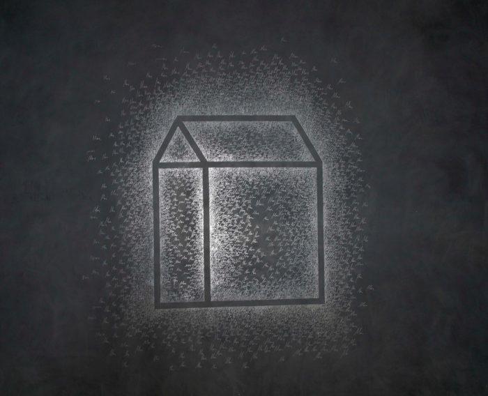 """Josep Ginestar, """"La casa II reduita"""", dessin sur ardoise et fond noir d'une maison avec calligraphies blanches tout autour"""