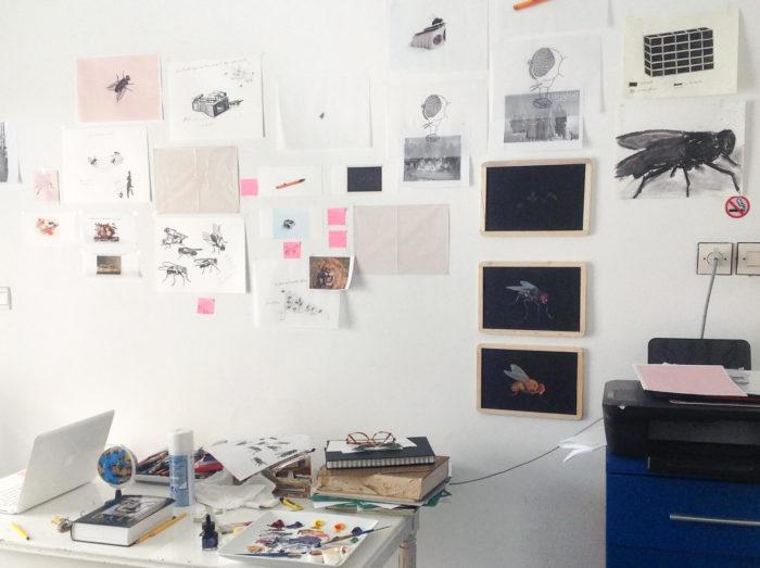Mustapha Akrim, vue de son atelier et de ses dessins et croquis sur La Mouche au Cube - independent art room, Rabat, Maroc,