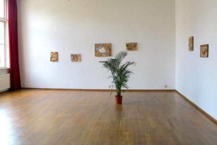 Karima Boudou, Vue de l'exposition Ce lieu n'est pas la maison de Descartes, 2013, Institut Français des Pays-Bas, Maison Descartes, Amsterdam, Pays-Bas. Vue des peintures cubistes de Donelle Woolford.
