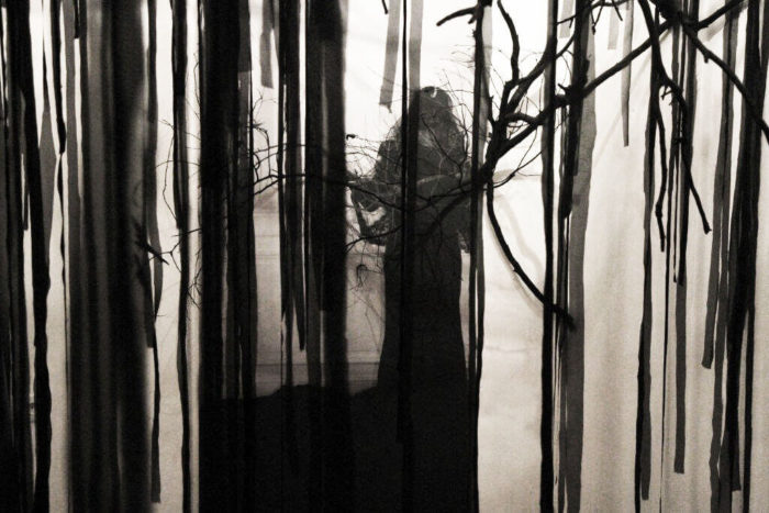 Jamila Lamrani, La veuve , 2011 Photographie, branches d'arbres et bandes de tissus. Dimensions variables. Installation in situ au Cube – independent art room