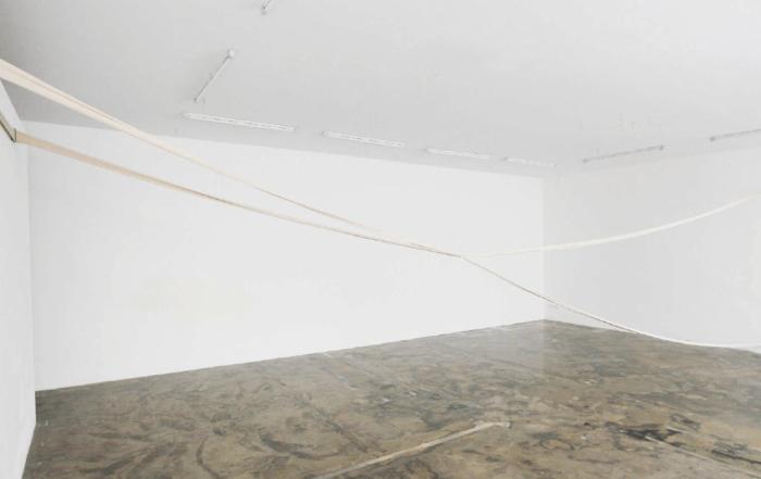 Maria Hanl, dialog 3, 2017 Installation: jersey de coton, métal. Dimensions variables.