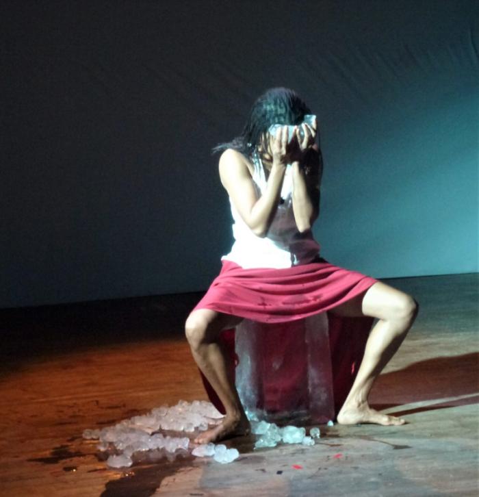 Myriam Mihindou lors de la performance