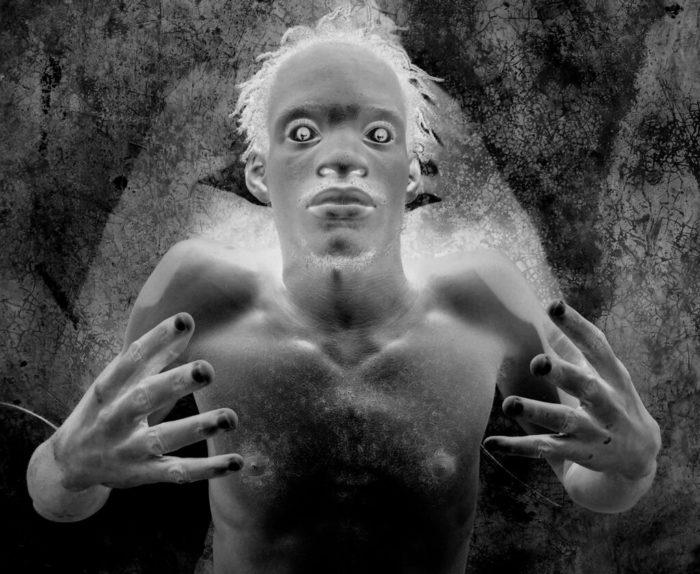 Myriam Mihindou, Dechoucaj' 3. Tirage numérique sur papier argentique. Œuvre exposée dans Sortilège, Fondation Salomon pour l'art contemporain. Courtesy de l'artiste et galerie Maïa Muller.
