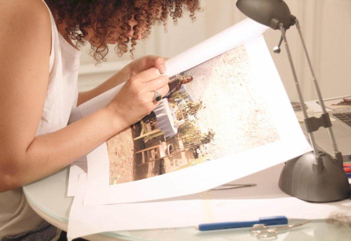 Hanane El Farissi Construction d'une mémoire, photographie de l'artiste en résidence à Rabat où elle coud avec ses cheveux une photographie de famille son père