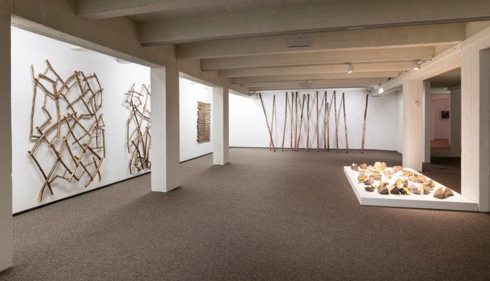Karima Boudou Vue de l'exposition Chant des champs / Amarg n igran, M'barek Bouhchichi, Mu.ZEE - Kunstmuseum aan Zee, 2018, Ostende, Belgique. COPYRIGHT muzee / Steven Decroos