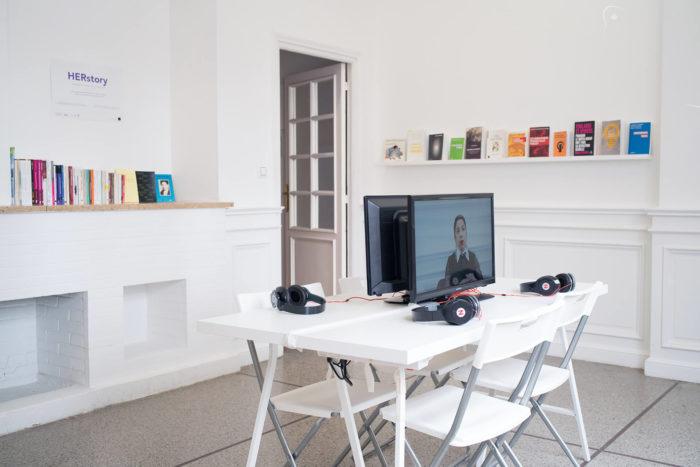 """""""HERstory"""", vue de l'exposition sur les féminismes curatée par Julie Crenn et Pascal Lièvre au Cube - independent art room à Rabat, Maroc"""