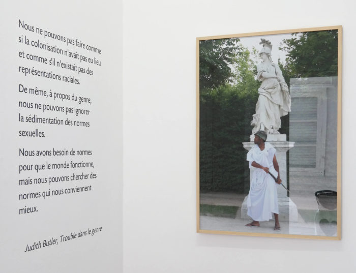 Exposition Noss Noss هويات.أدوار . أجناس / Geschlechter. Rollen. Identitäten. / Genre(s). Rôle(s). Identité(s)., photographie de Umeka Udemba et texte de Judith Butler