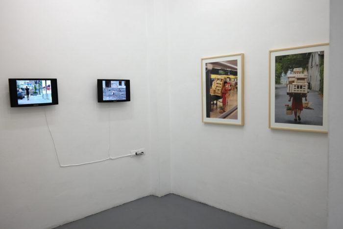 Exposition Noss Noss هويات.أدوار . أجناس / Geschlechter. Rollen. Identitäten. / Genre(s). Rôle(s). Identité(s). , vue des vidéos et photographies de Gabriela Oberkofler