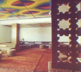 Plafond peint par Mohamed Melehi, HôtelLes Roses du Dadès, 1968-1969, Cabinet d'architectes Faraoui et de Mazières, archives : Faraoui et de Mazières