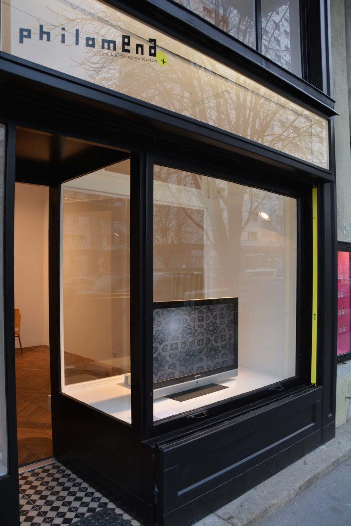 Mohammed Laouli Hassad al Houb / labour of love à Philomena + à Vienne. Installation composé d'une vidéo et de flacons d'eau de rose contaminés par un texte de Sylvia Federici pour lutter contre le capitalisme et le patriarcat au Maroc.