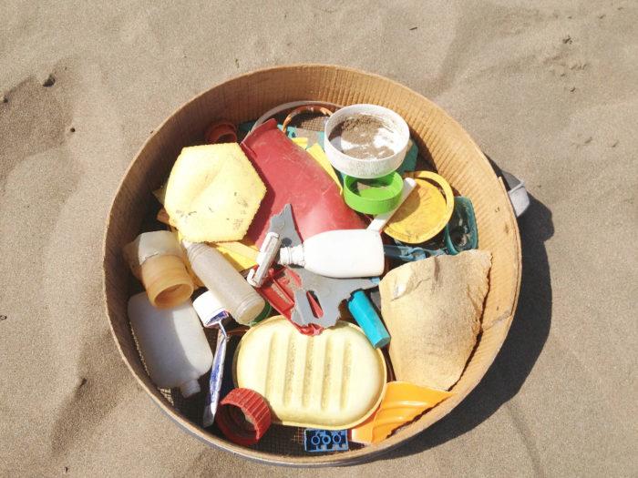 Jeannette Bétancourt lors de sa résidence d'artiste à Rabat au Maroc sur les déchets et le recyclage sur la plage