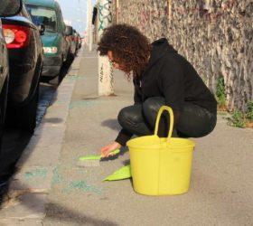 """Hanane El Farissi, """"Rue guibal"""", geste où Hanane El Farissi ramasse du verre cassé dans les rues de Marseille durant sa résidence à La Friche Belle de Mai, 2017"""