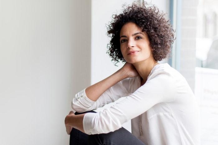 Alya Sebti, commissaire d'exposition, directrice de ifa-Gamerie à Berlin, (Institut für Auslandsbeziehungen), photographie par Victoria Tomaschko
