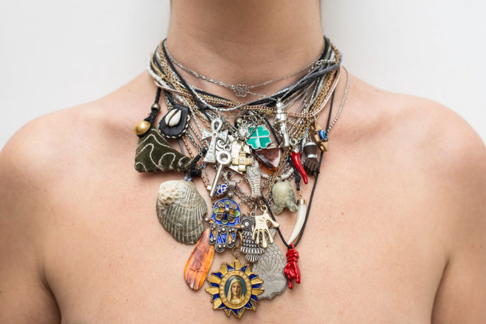 Anna Raimondo, nel dubbio, 2016, travail sur les superstitions avec des pendentifs