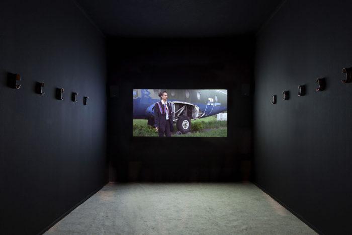 Camille Dumond, The escape (Vue d'installation avec l'actrice Salber Williams), 17 minutes, 2019, Swiss arts awards, Bâle.