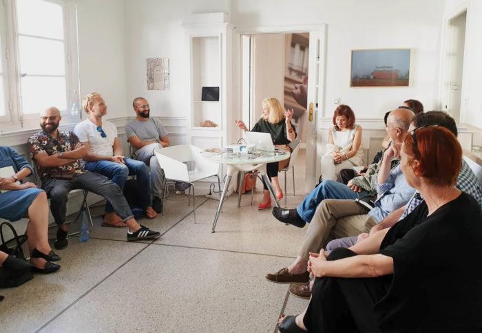 Nanette Snoep conférence colonialisme, musées coloniaux et restitution des oeuvres et objets, au Cube à Rabat
