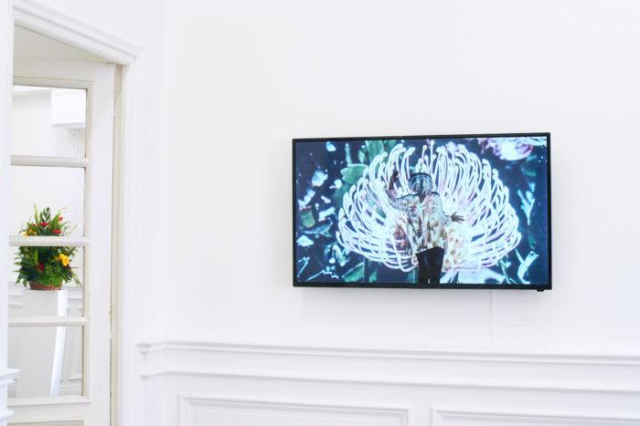 Vue d'exposition, Leave No Stone Unturned [Remuer la terre], curatée par Clelia Coussonnet au Cube-independent art room, 2019. Uriel Orlow,
