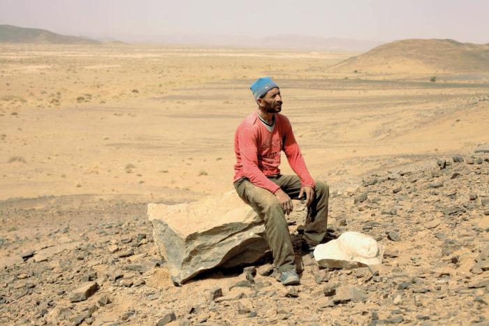 """Driss Aroussi, """"Sisyphe"""", vidéo sur un casseur de Pierres au Maroc qui évoque la vie, la mort, les silences et la philosophie"""