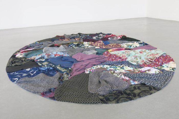 Ulrike Weiss, île de tissue, tissus collés, 700x430x120cm, 2019